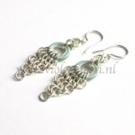 Chain maille Oorbellen / Chain maille Earrings with blue rubber rings from violetmoon.nl