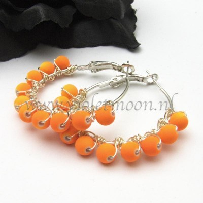 neon orange hoop oorbellen / earrings