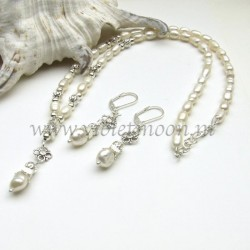 Bridal set Zara, a beautiful collier with off-white freshwater pearls and silver plated beads in between, with in the middle a pendant made from a freshwater pearl and silver plated beads.